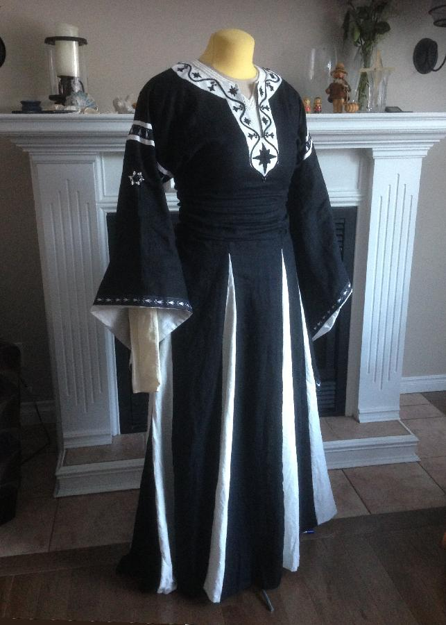 Elise, This is a 12th century style dress called a bliaut.  Its made from the midweight IL019 linen in B...