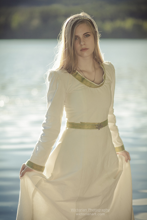 Kama sofie, I made this simple, yet elegant medieval dress out of som old linen curtains :)