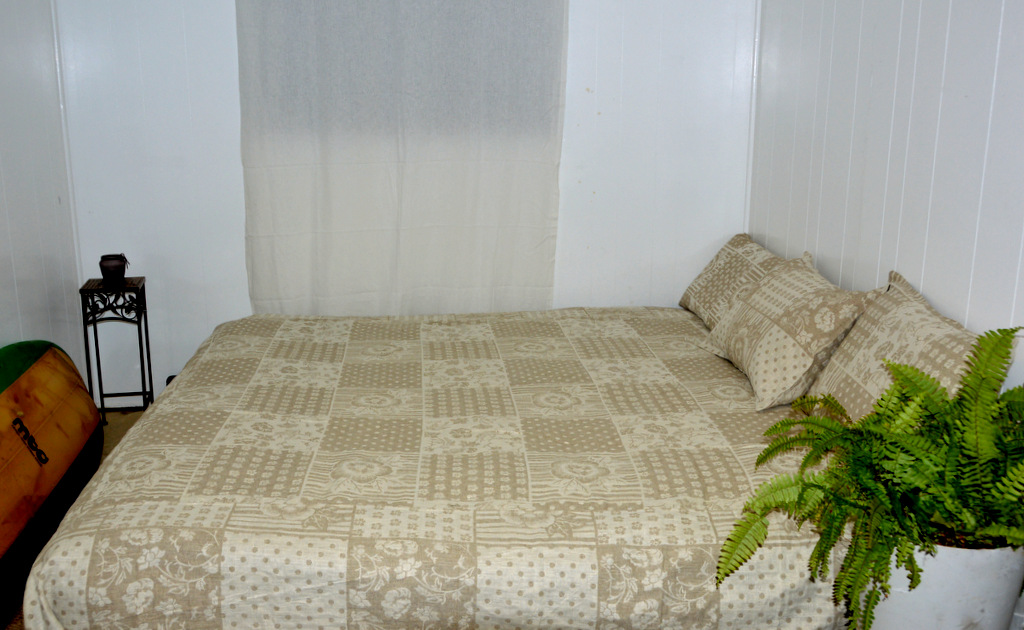Lesley, Reversible queen size bedspread and matching pillow covers Made from linen jacquard  flower patchwor...