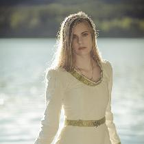 I made this simple, yet elegant medieval dress out of som old linen curtains :)
