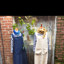 Both chic and practical linen apron with large front pocket , cross over straps and French side...