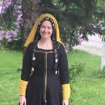 the Smock, Kirtle, bonnet and gown are all made with linen purchased from Fabrics-store.com.