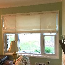 Roman blinds out of white linen
